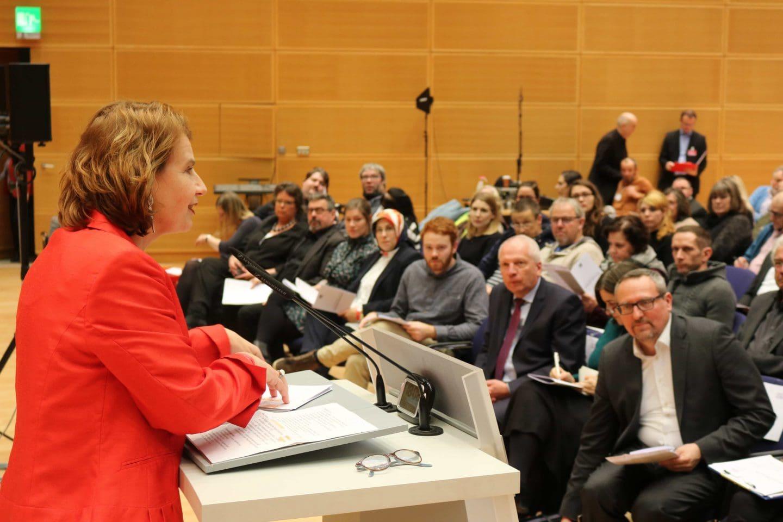 Barbara König begrüßt beim Innovationsforum Pflege