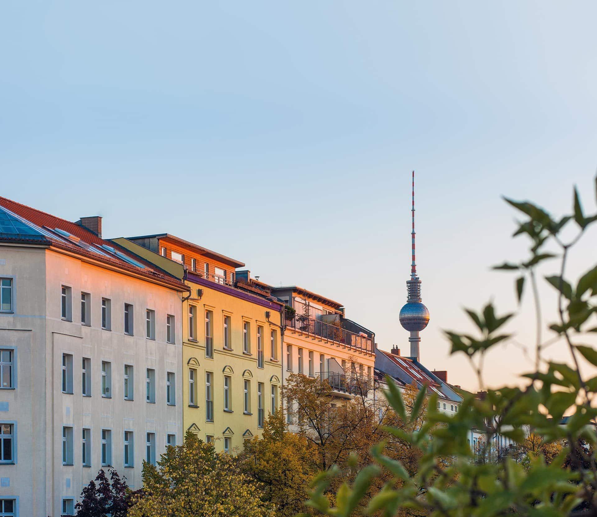 Wohnhäuser in Berlin mit Fernsehturm