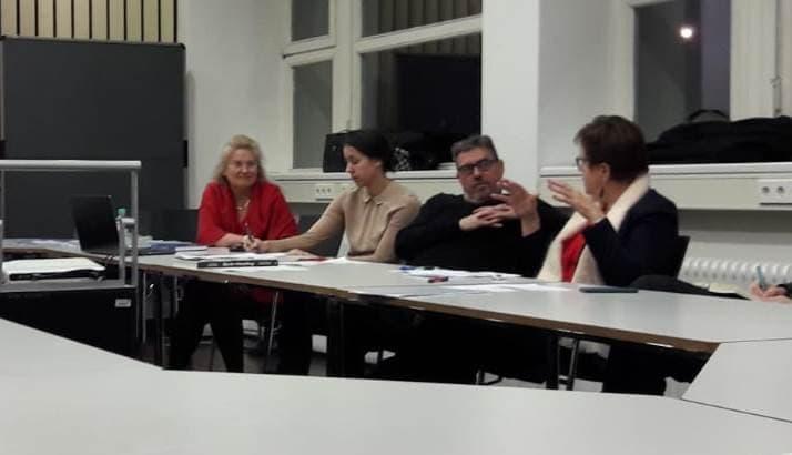 """Prof. Dr. Sabine Bährer-Kohler, Invited Professor for Mental Health at the International University of Catalonia und Gaby Bischoff, Kandidatin der SPD Berlin zur Europawahl, Präsidentin der Arbeitnehmergruppe im Europäischen Wirtschafts- und Sozialausschuss (EWSA), DGB-Bundesvorstand, diskutierten mit der ASG über das Thema """"Europäische Gesundheitspolitik""""."""