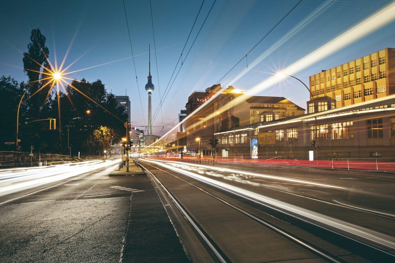 Prenzlauer Berg am Abend: Blick Richtung Fernsehturm Lichter einer Straßenbahn