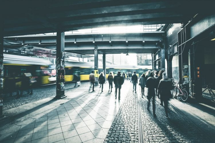 Straßenbahn unter S-Bahnbrücke