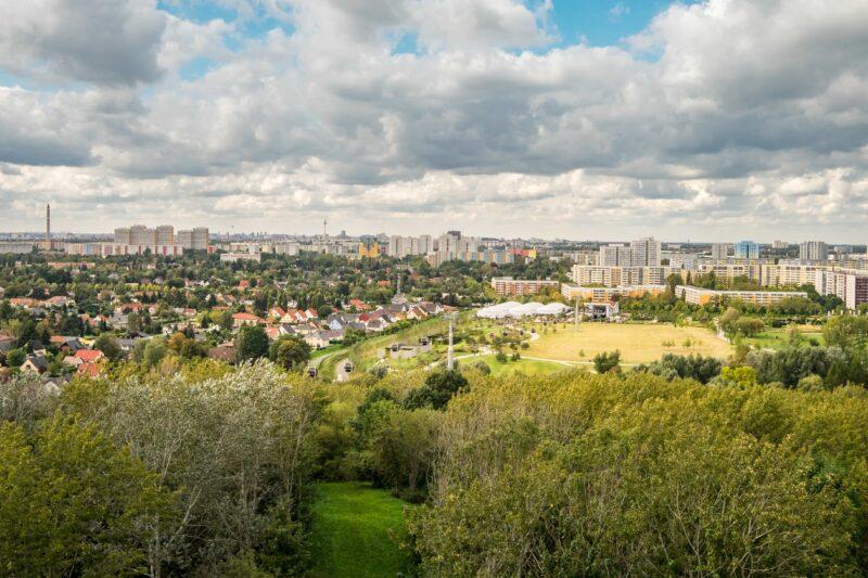 Blick vom Kienberg über Berlin Marzahn-Hellersdorf rRchtung Fernsehturm