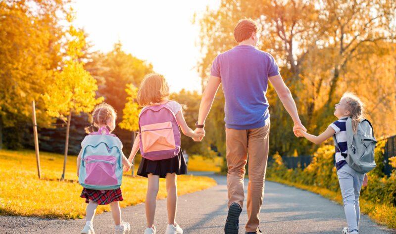 Familien: Eltern bringen Kinder zur Schule