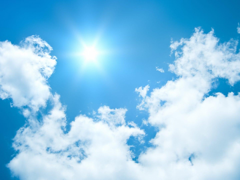 Sonniger Himmel mit Wolken