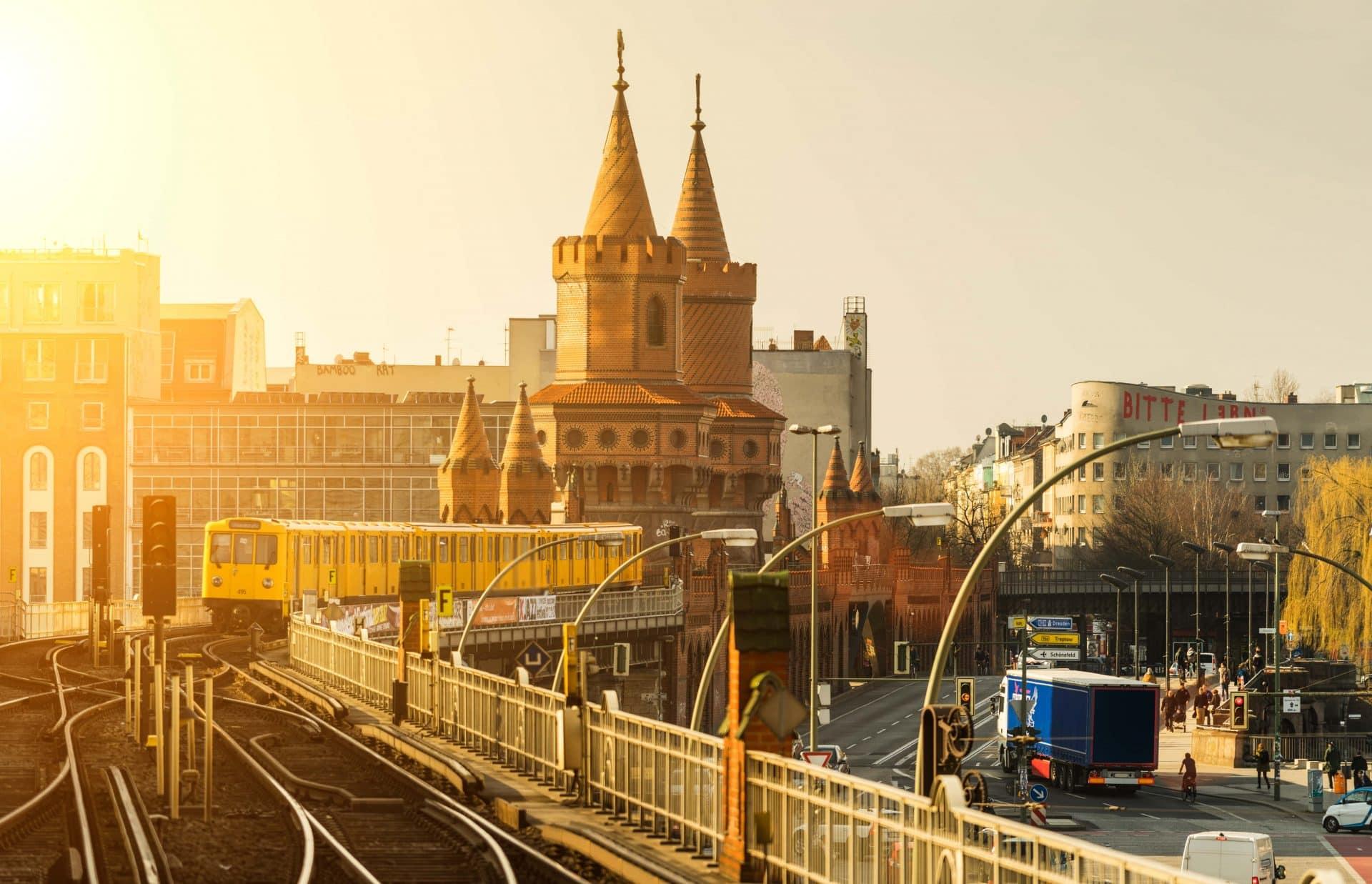 U-Bahn vor der Oberbaumbrücke im Sonnenuntergang