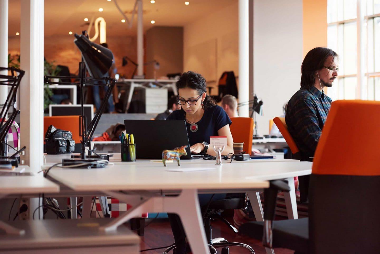 Frau arbeitet am Laptop in einem Startup