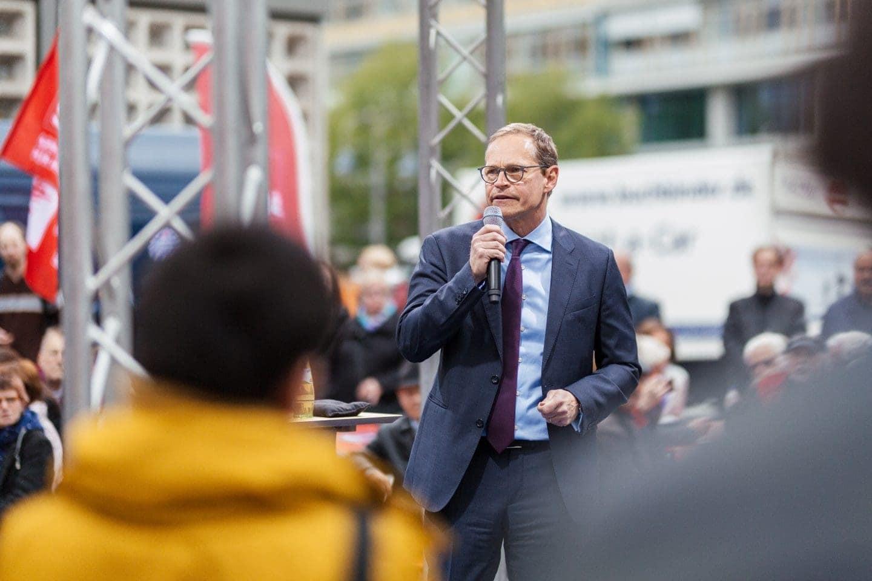 Michael Müller spricht auf einer politischen Kundgebung