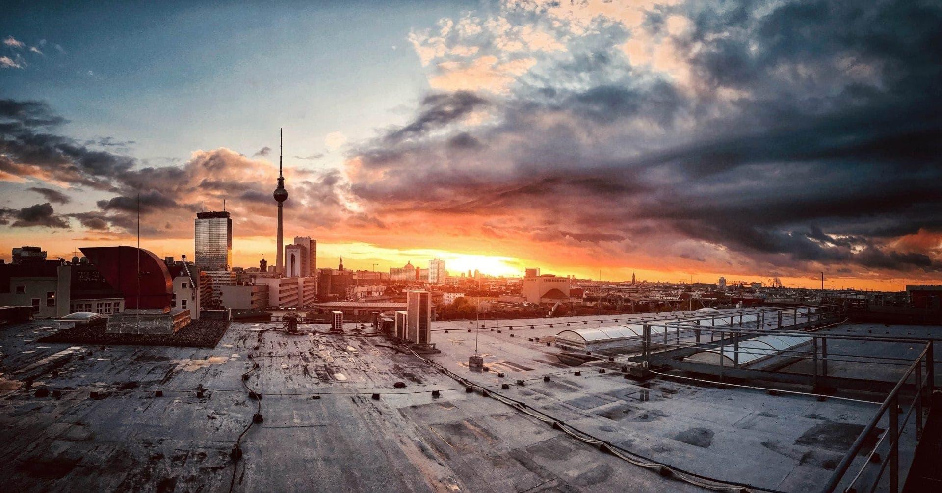 Sonnenuntergang über den Dächern von Berlin mit Fernsehturm