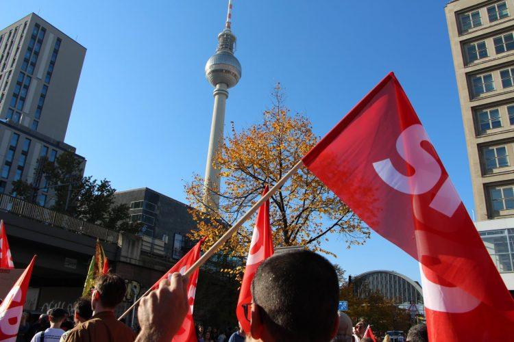 SPD-Fahne auf Demo am Alexanderplatz Berlin