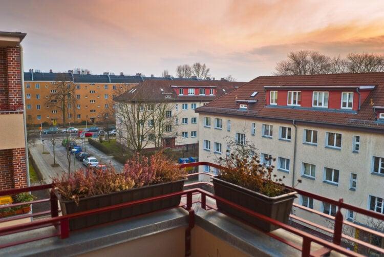 Wohngebiet in Berlin: Blick vom Balkon in die Abendsonne