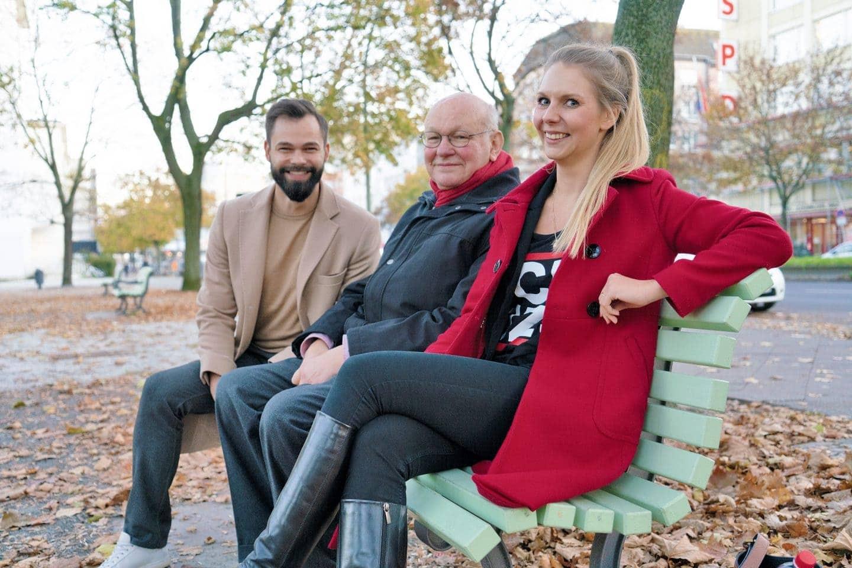 Gespräch der Generationen: Walter Momper (M.) spricht zusammen mit den SPD-Mitgliedern Nicolai Rehberg (l.) und Svenja Marie Linnemann, beide Jahrgang 1989, über 30 Jahre Mauerfall.