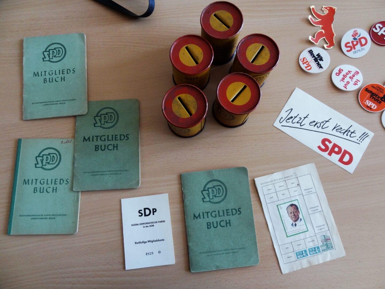 Historische SPD-Parteibücher, Beitragsdosen und Buttons