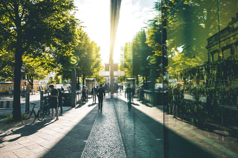 Menschen laufen an der S-Bahn-Haltestelle Brandenburger Tor vorbei.