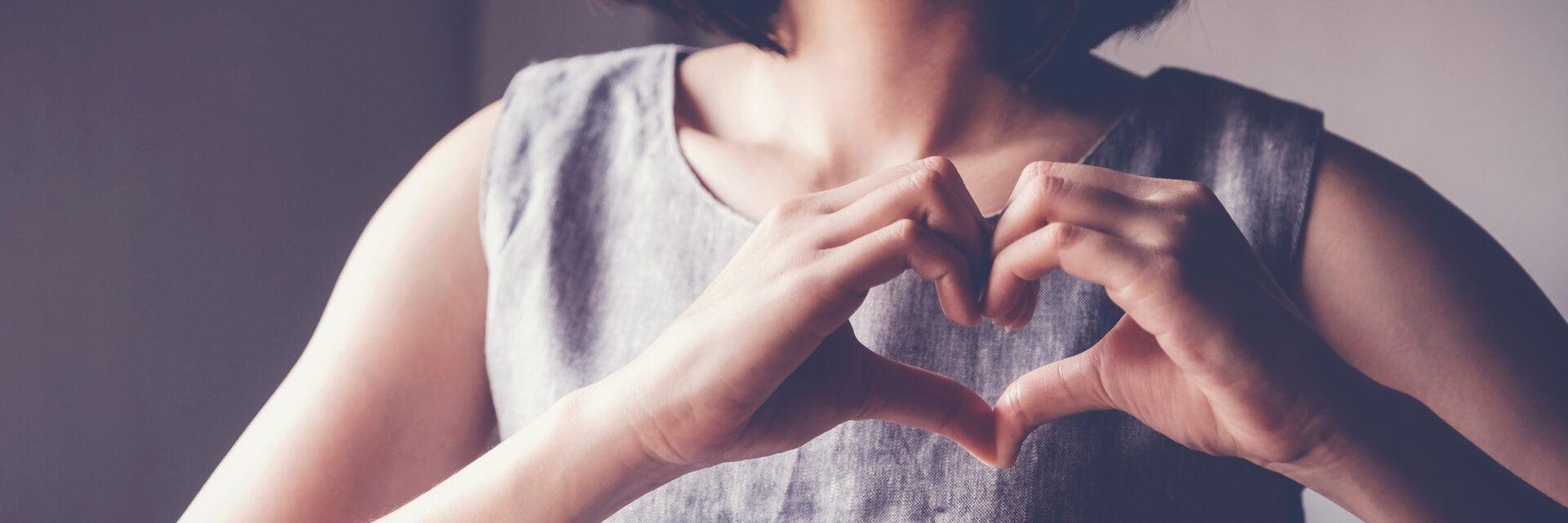Spenden: Frau fort mit ihren Händen ein Herz
