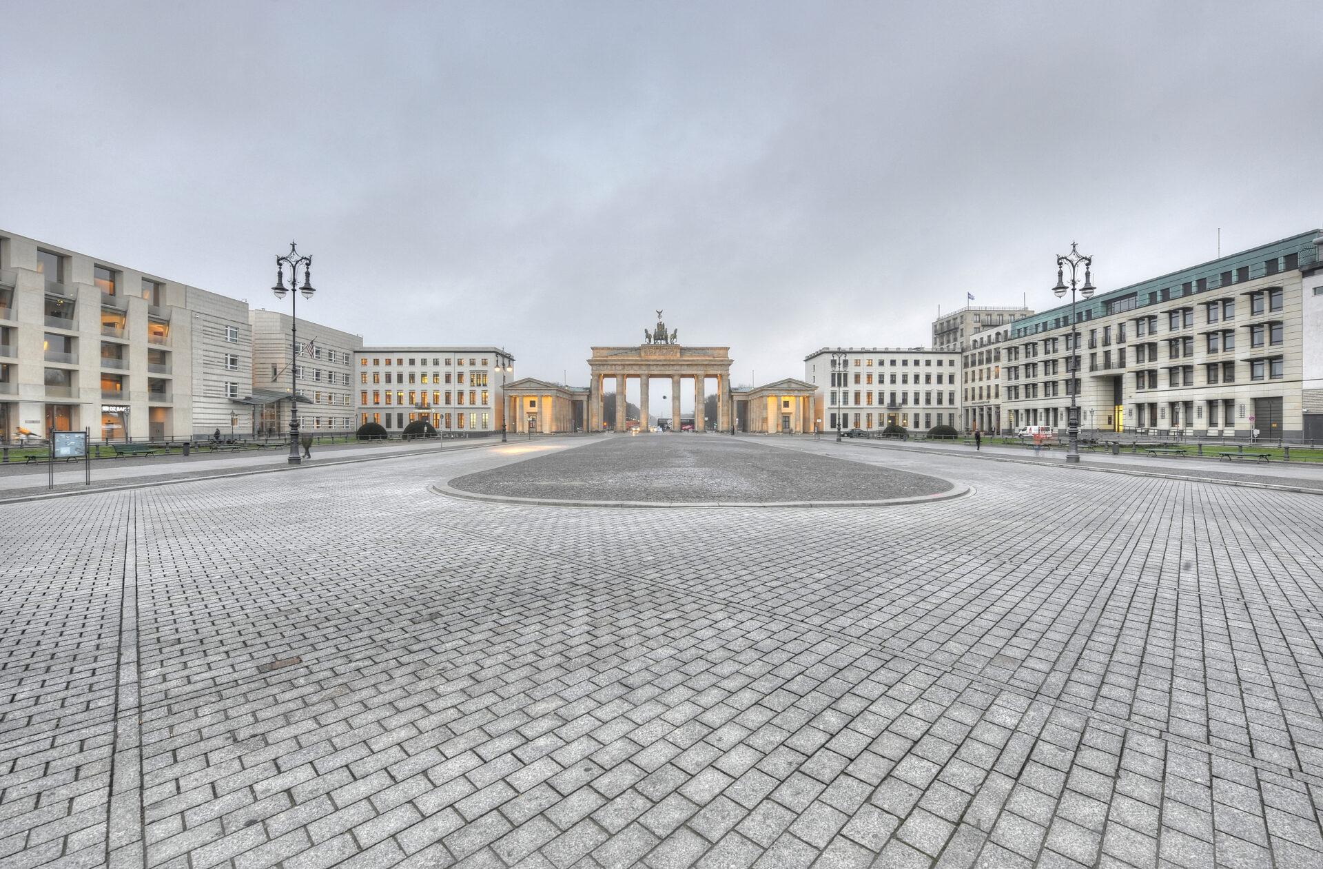 Leerer Pariser Platz mit dem Brandenburger Tor