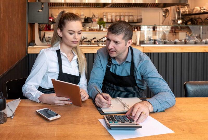 Kleinunternehmer in ihrem Restaurant