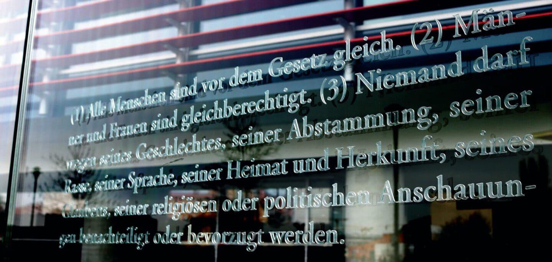 Artikel 3 GG auf einer Galsscheibe am Jakob-Kaiser-Haus