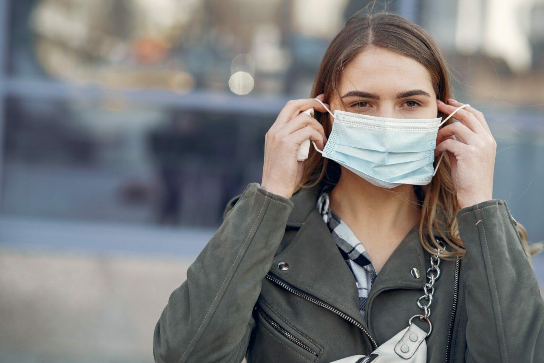 Frau trägt Gesichtsmaske