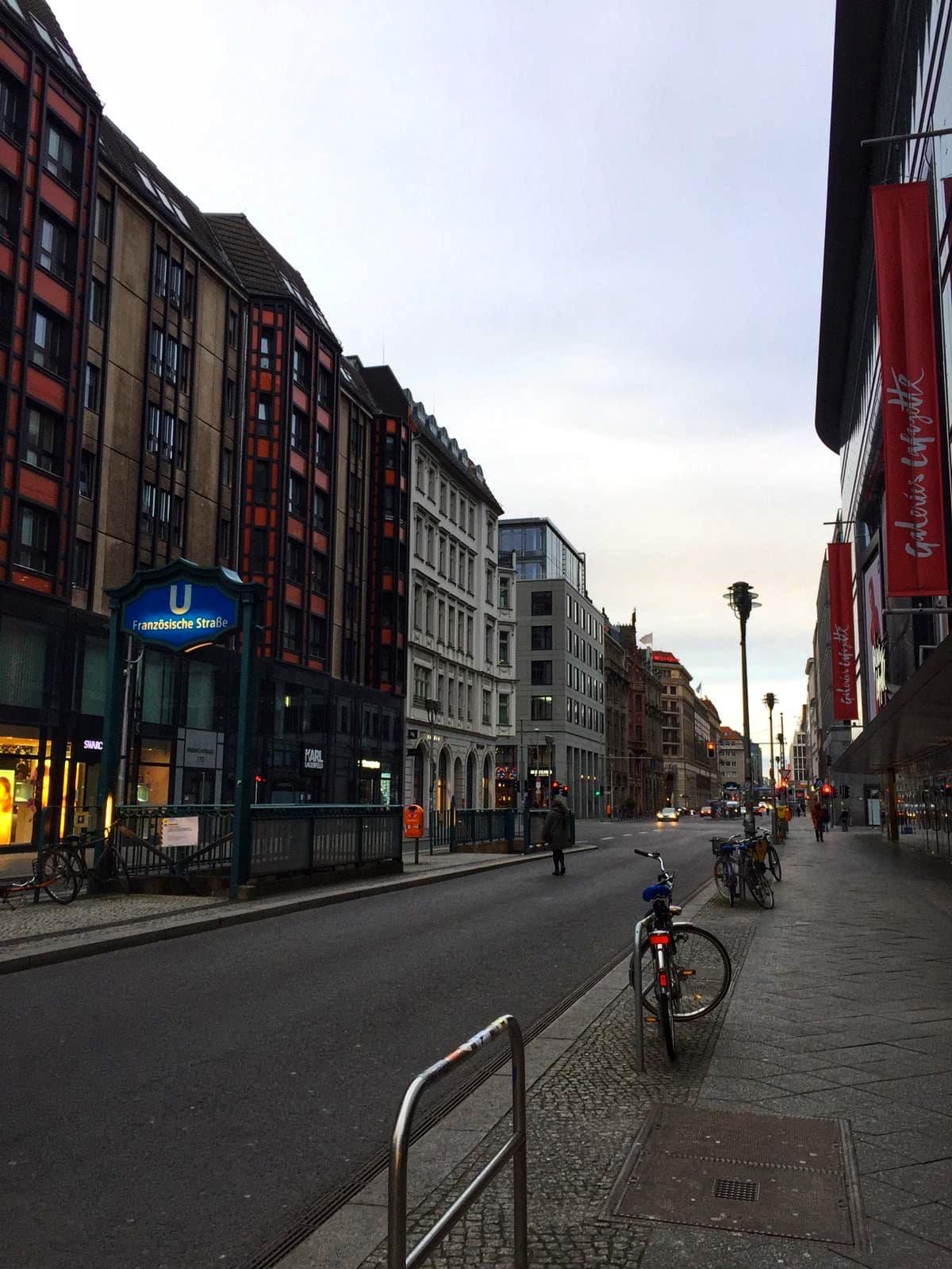 Die Friedrichsstraße ist zur Zeit von Corona wie leergefegt.