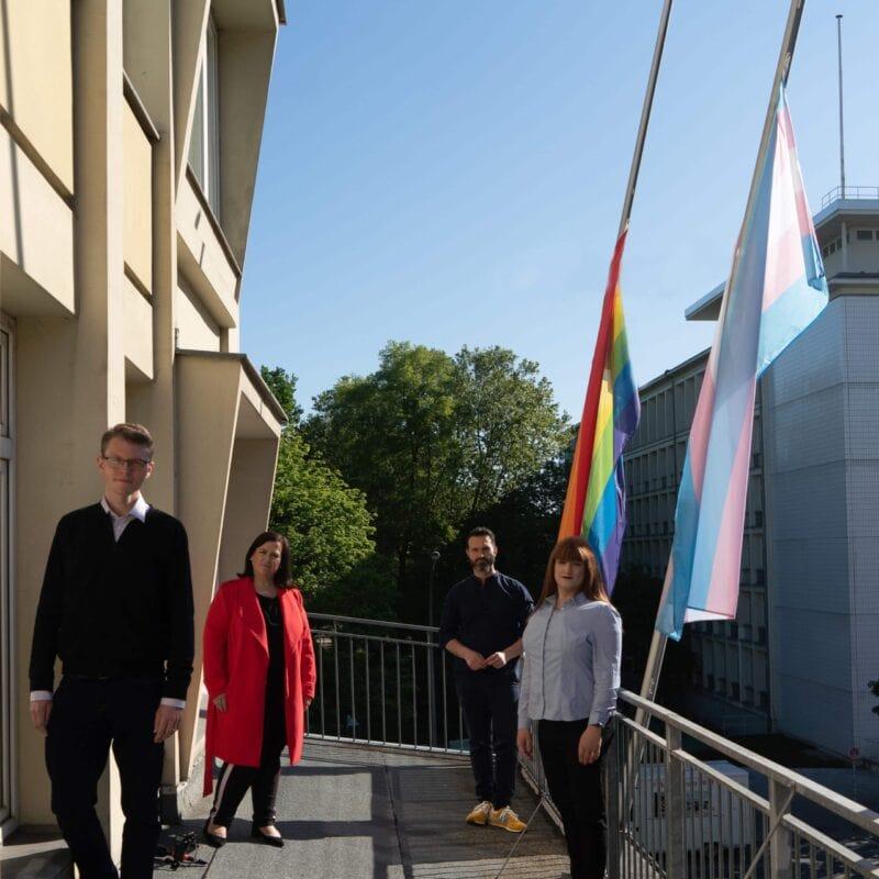 IDAHOBIT 2020: Regenbogenfahne wird am Kurt-Schumacher-Haus auf Halbmast gesetzt