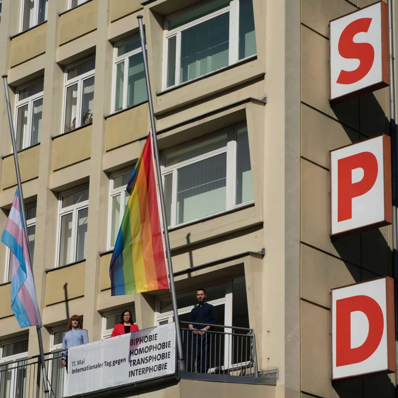Regenbogenfahne am Kurt-Schumacher-Haus auf Halbmast