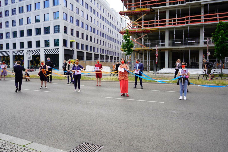 """""""Band der Solidarität"""": Menschenkette am 14.6.2020, u.a. mit Franziska Giffey, Raed Saleh, Kevin Kühnert und Ina Czyborra"""