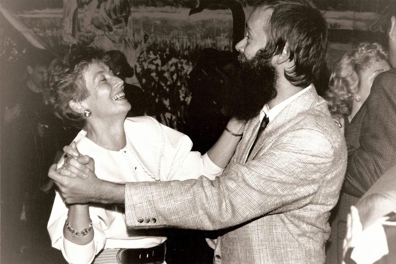 """Christine Bergmann (l.) und Thomas Krüger schwingen im Anschluss an den Einigungsparteitag das Tanzbein auf dem Fest """"Berlin schlägt Wellen""""."""