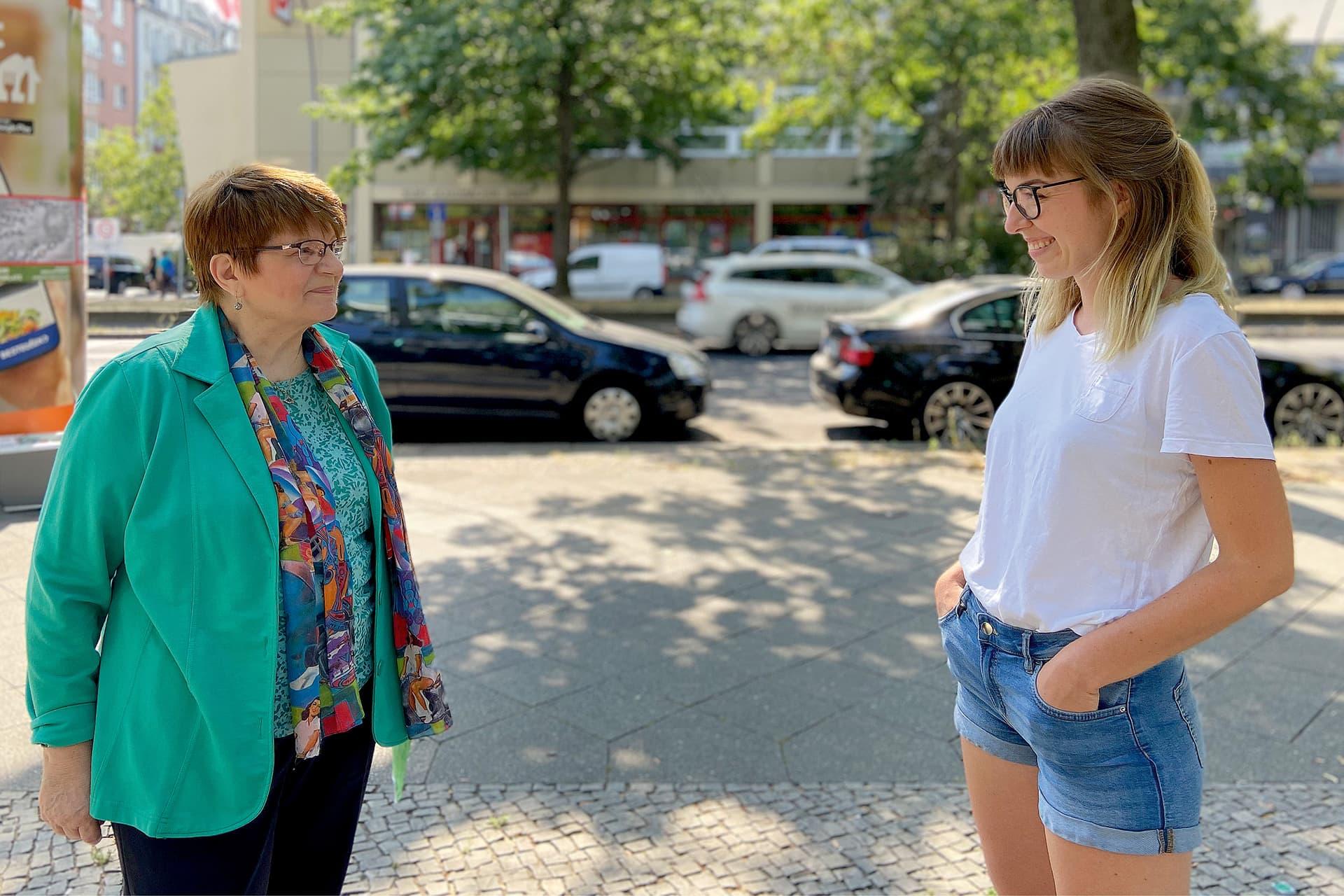 Heidemarie Fischer (l.), Vorsitzende der AG 60 plus Berlin, diskutiert mit Ferike Thom von den Berliner Jusos über Generationengerechtigkeit.