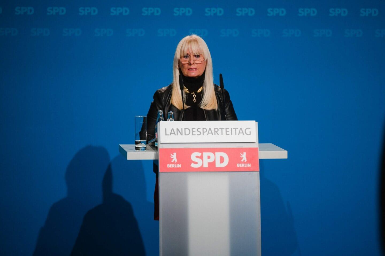Iris Spranger eröffnet den hybriden Landesparteitag der SPD Berlin