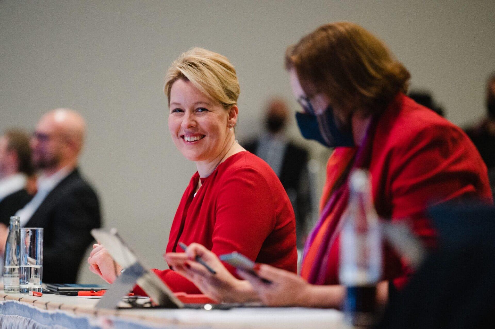 Franziska Giffey und Ina Czyborra beim hybriden Landesparteitag der SPD Berlin