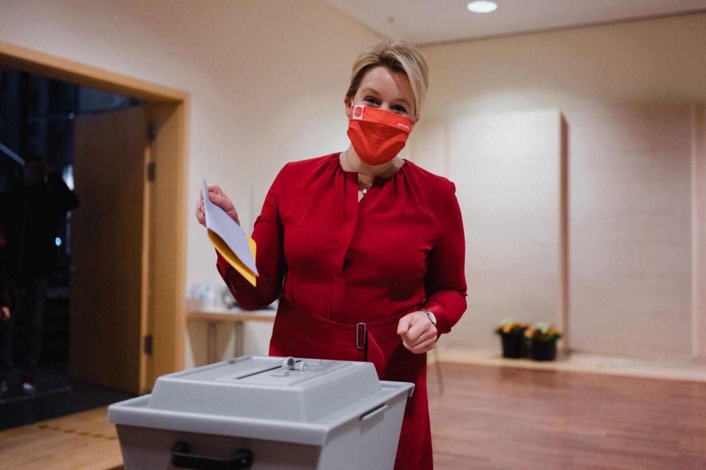 Franziska Giffey wählt beim hybriden Landesparteitag der SPD Berlin