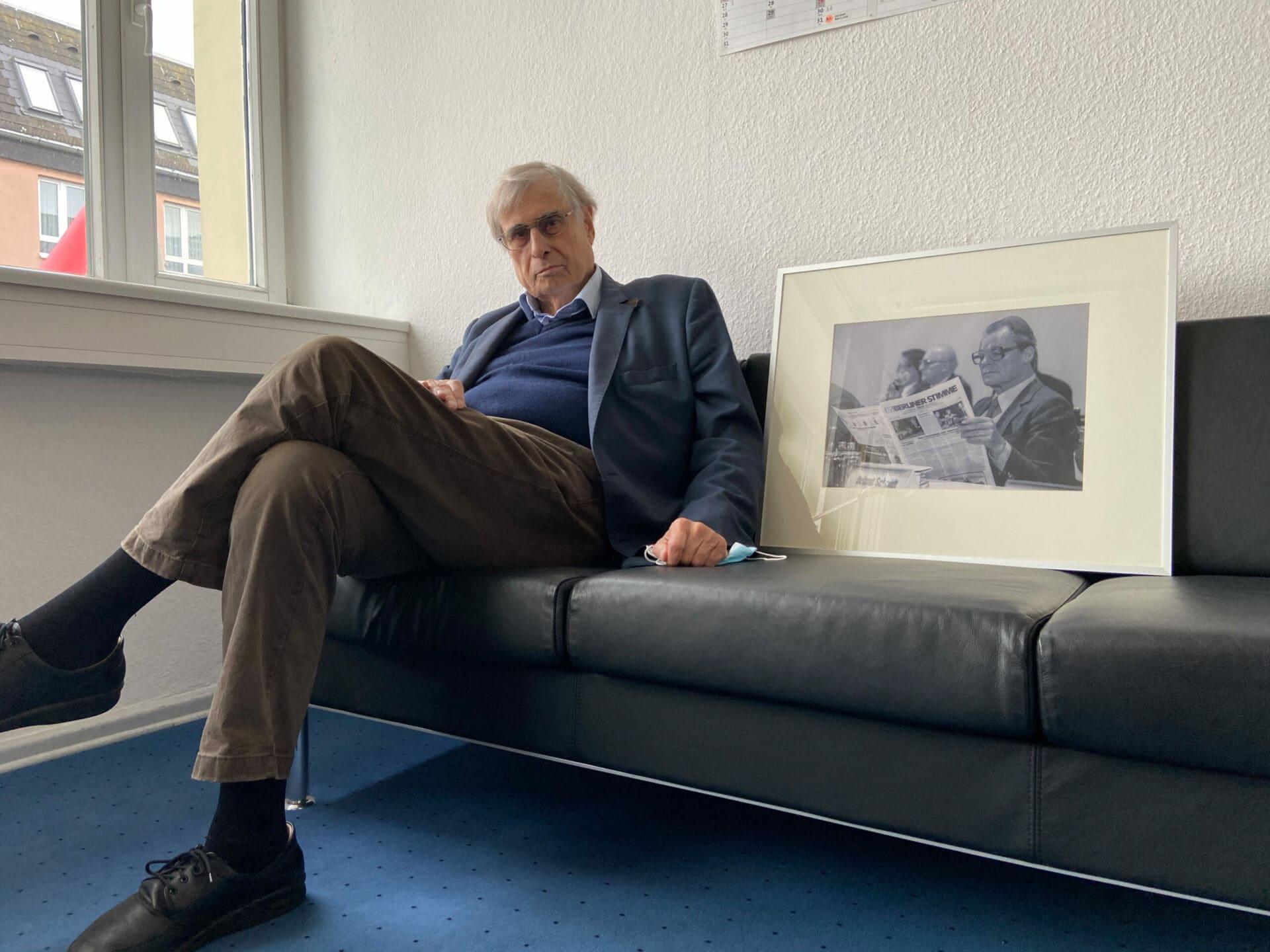 Ulrich Rosenbaum mit einem Bildnis von Willy Brandt.