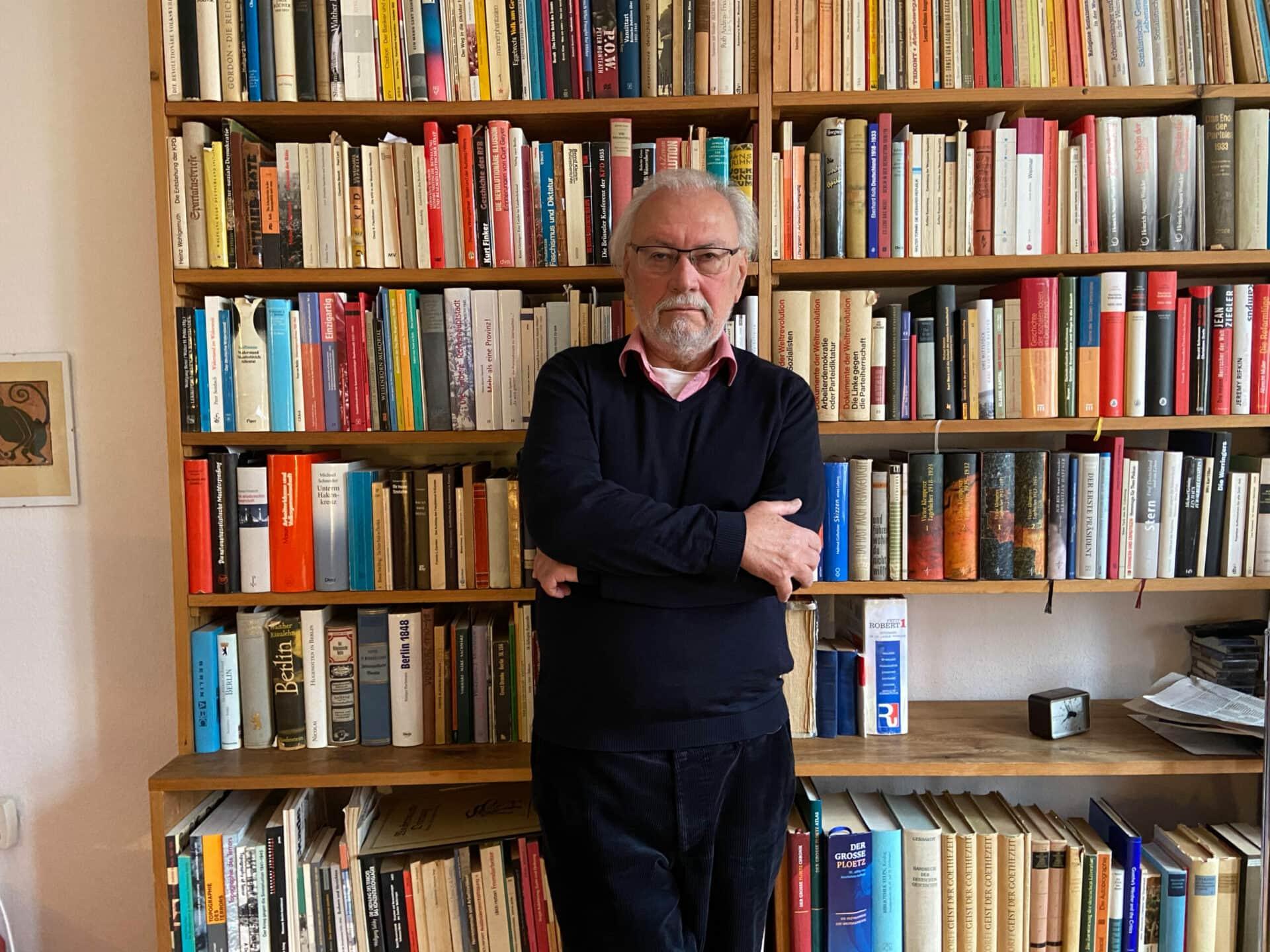 Historiker Siegfried Heimann vor seinem heimischen Bücherregal