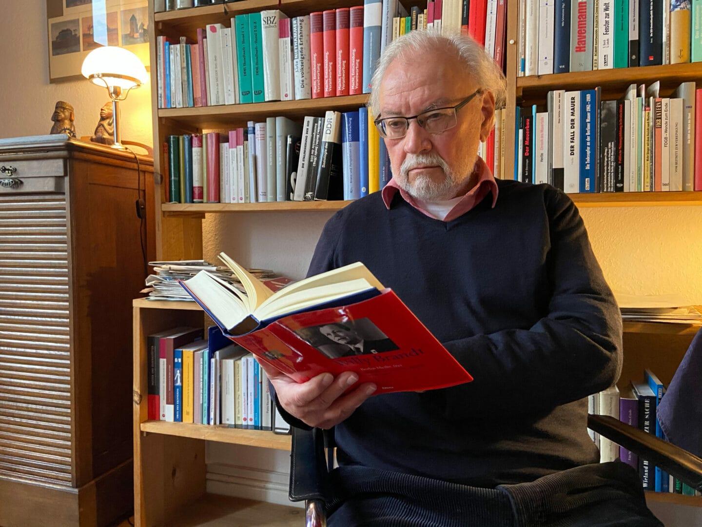 Siegfried Heimann besitzt mehrere Bücher über den Werdegang von Willy Brandt.
