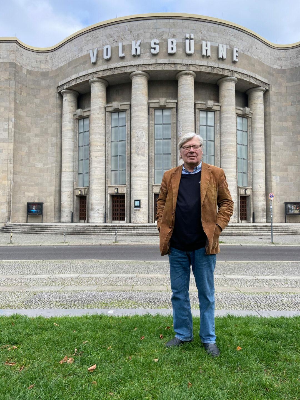 Eckhardt Barthel steht vor der Freien Volksbühne am Rosa-Luxemburg-Platz in Berlin.