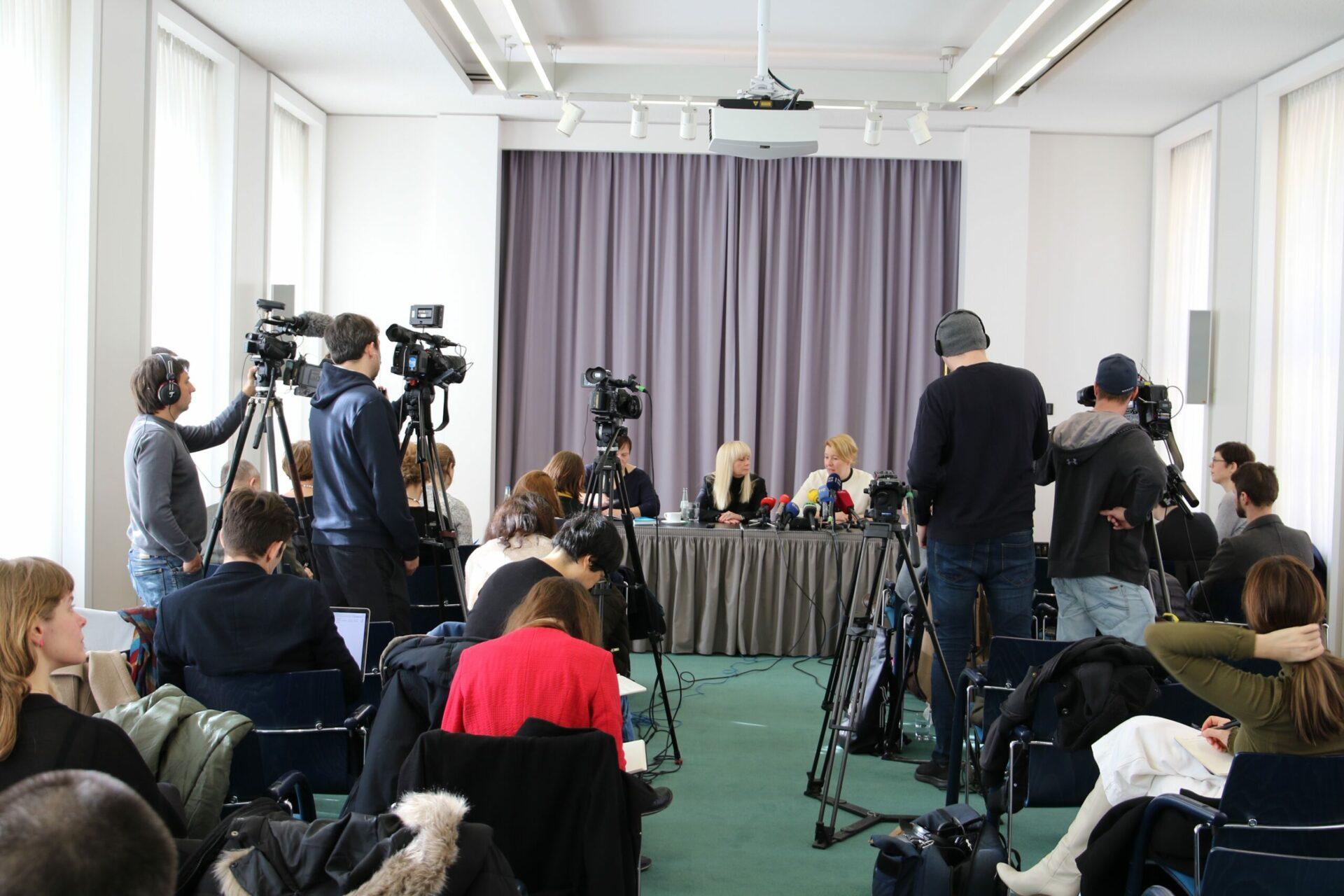 Franziska Giffey (r.), Berliner SPD-Landesvorsitzende, und ihre Stellvertreterin Iris Spranger
