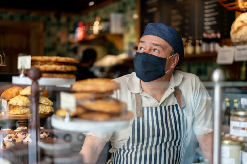 In Bäckerei arbeitender Mann