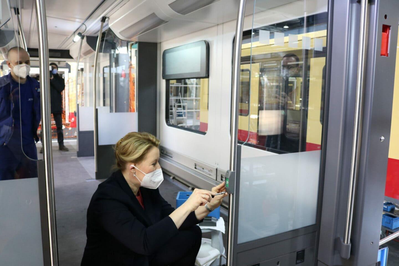 Franziska Giffey schraubt einen Griff in Berliner S-Bahn an