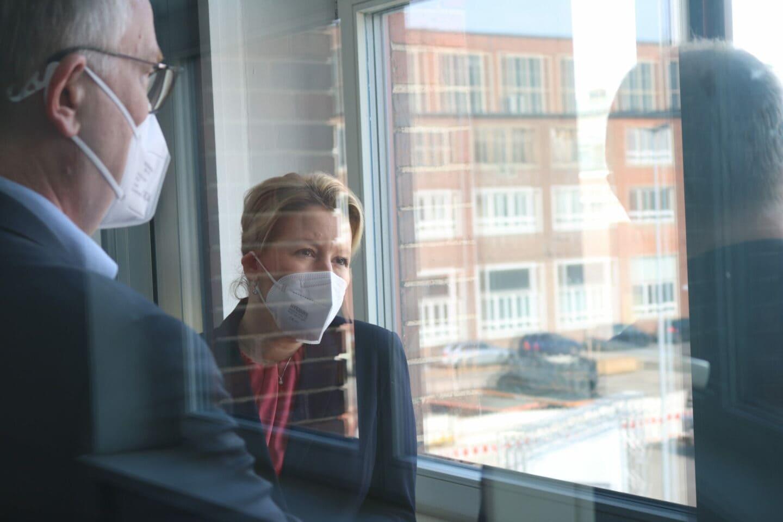 Franziska Giffey steht an einem geöffneten Fenster