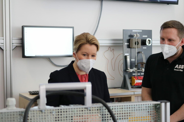 Franziska Giffey vor einem Stromkastenmodell im ABB Ausbildungszentrum