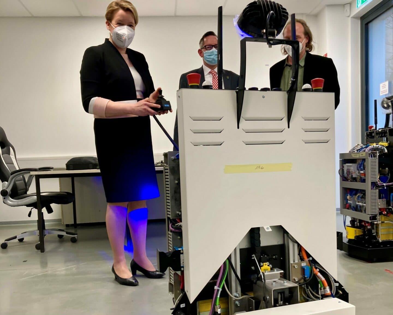 Franziska Giffey bedient einen ferngesteuerten Roboter