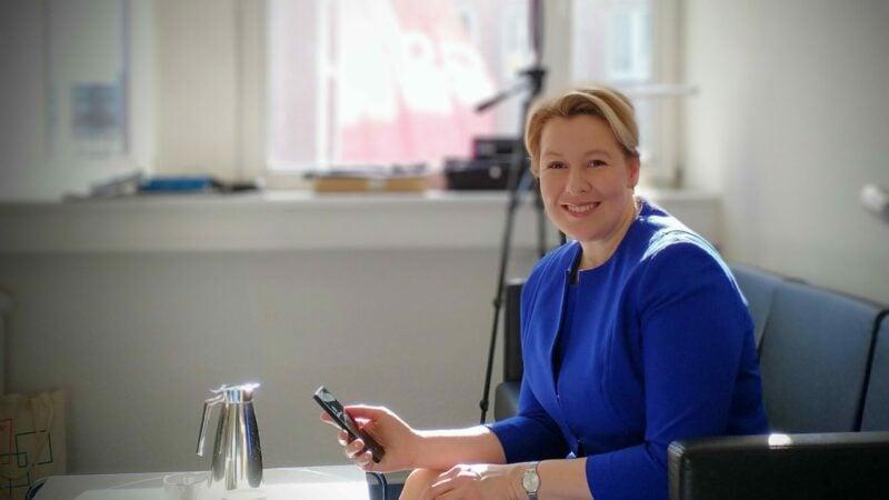 Franziska Giffey versendet eine Telegram-Nachricht