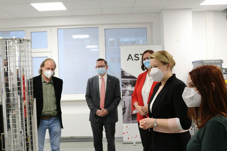 Links im Bild ist der in der Pandemie erfundene Desinfektionsroboter.