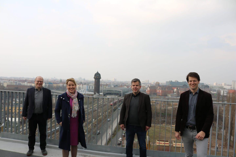 Franziska Giffey mit Vertretern der SPD Friedrichshain-Kreuzberg auf dem Dach einer Baustelle auf der Halbinsel Stralau.