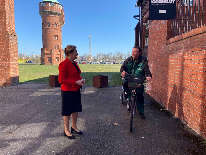 Bundesfamilienministerin Franziska Giffey im Gespräch mit Michael Gallasch, Hausmeister des Marienparks