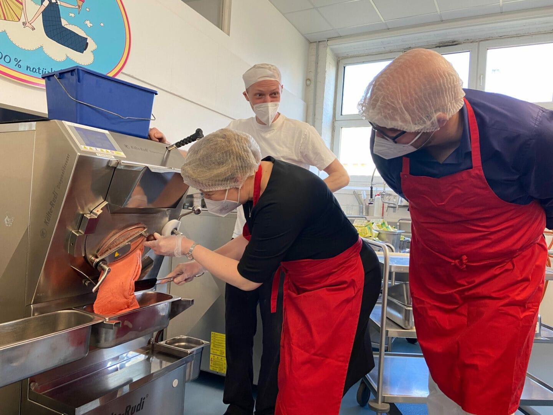 Bundesfamilienministerin Franziska Giffey schichtet Eis