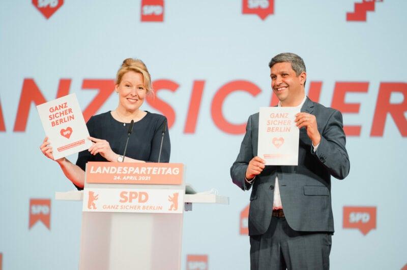 Franziska Giffey und Raed Saleh halten das SPD-Landeswahlprogramm in ihren Händen