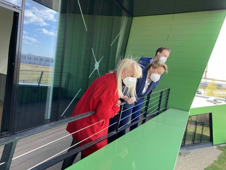 Iris Spranger, Franziska Giffey und Gordon Lemm blicken auf das CleanTech Busines Park Gelände.