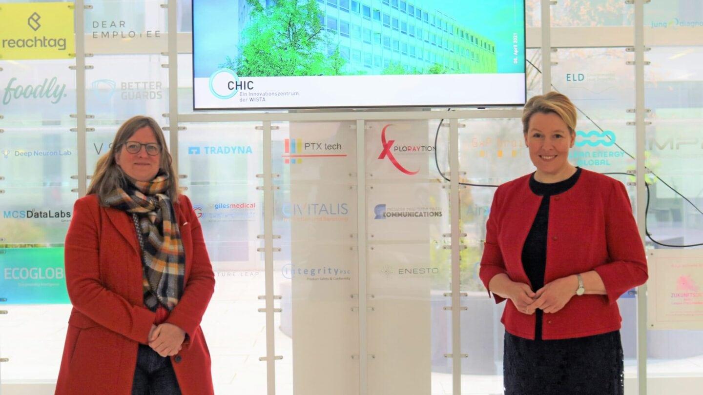 Heike Schmitt-Schmelz mit Franziska Giffey auf dem Campus Charlottenburg