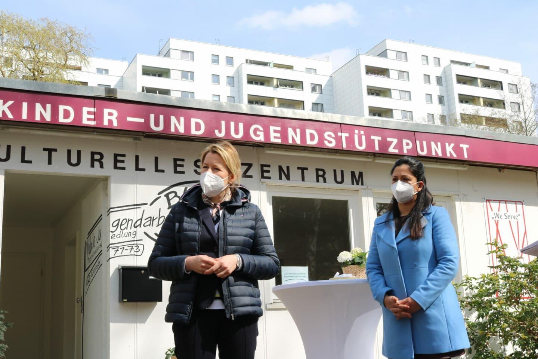 Franziska Giffey vor Quartiersmanagement in Thermometersiedlung